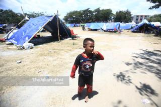 anak bermain di tenda pengungsian yang berada di lapangan depan Masjid Agung Darussalam Palu Sulawesi Tengah