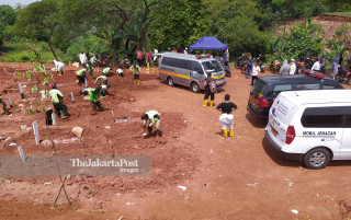 Antrian Pemakaman Korban Covid 19 di Pondok Ranggon