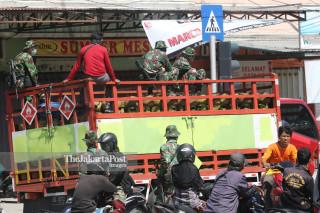 Personel TNI mengawal distribusi gas di Kota Palu, Sulawesi Tengah