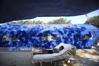 Keluarga di tenda milik Badan Nasional Penanggulangan Bencana (BNPB) yang terpasang di Rumah Sakit Undata Palu Sulawesi Tengah