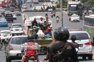 Aksi Nekat Angkutan Terbuka