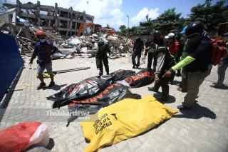 evakuasi korban di Hotel Roa Roa Palu Sulawesi Tengah