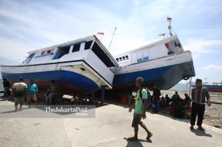 kapal yang terdampar akibat gempa dan tsunami di Pelabuhan Wani Donggala Sulawesi Tengah