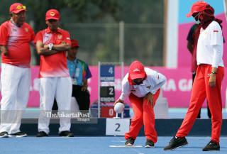 Dwi Widiantoro melawan Ni'matul Fauziah dalam lawn bowl