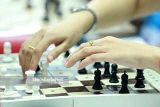 Seorang atlit catur berusaha memegang bidak catur saat bertanding di babak penyisihan catur cepat  ke lima di ajang Asian Para Games 2018, di Jakarta, Jumat (12/10/2018). INAPGOC/Setiyo Sc