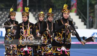 Tarian Dayak Kalimantan membuka Lawn Bowls