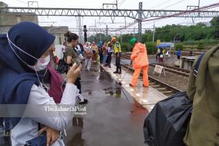 Petugas Kebersihan Stasiun Manggarai