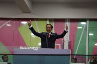 -Presiden Joko Widodo menyapa penonton pada Upacara Pembukaan Asian Para Games 2018