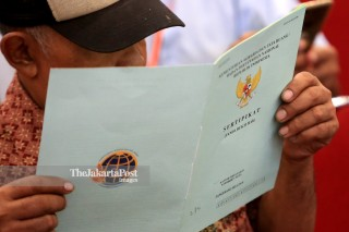 resident of South Tangerang and Tangerang Regency reads his newly distributed land certificate at ICE BSD