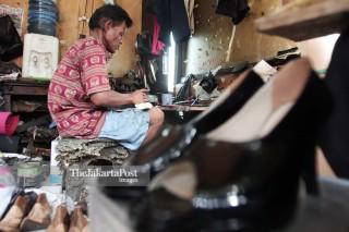 File: Industri Kecil Sentra Pembuatan Sepatu di Kawasan Kuningan