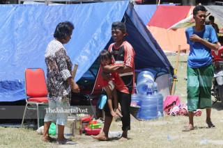 Aktivitas warga di tenda pengungsian di lapangan depan Masjid Agung Darussalam Palu Sulawesi Tengah