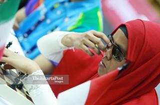 Atlit catur Indonesia Debi Ariesta membenarkan posisi kacamatanya  saat bertanding di babak penyisihan catur cepat  ke lima di ajang Asian Para Games 2018, di Jakarta, Jumat (12/10/2018). INAPGOC/Setiyo Sc
