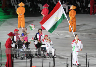 -Defile Atlet Tajikistan dalam Upacara Pembukaan Asian Para Games 2018