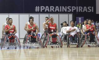 Para pebasket kursi roda Indonesia menyanyikan lagu Indonesia Raya sebelum pertandingan dimulai.