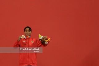 penyerahan medali lomba renang 200m gaya bebas putri s14