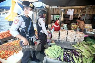 Polisi di Pasar Tradisional Masomba, Lolu, Palu Selatan, Sulawesi Tengah