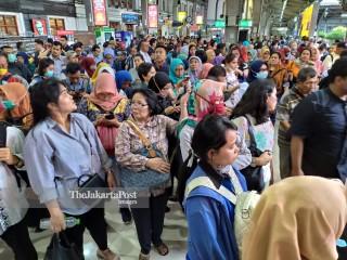 Pengguna Commuterline di Stasiun Jakarta Kota