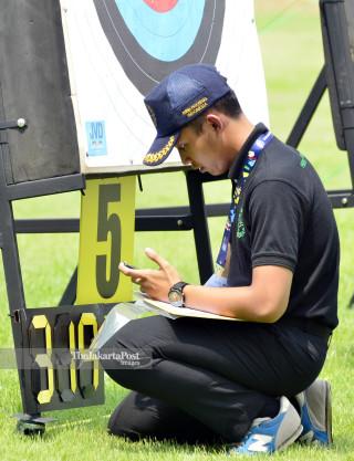 Petugas Lapangan Panahan nomor Recurve Open Putra