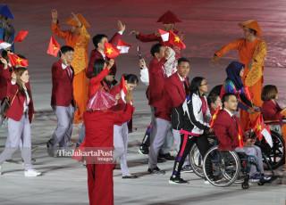 -Defile Atlet Vietnam dalam Upacara Pembukaan Asian Para Games 2018