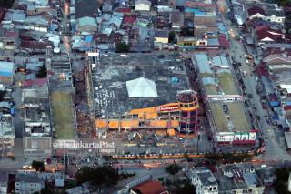 kota yang gelap tanpa aliran listrik di Palu, Sulawesi Tengah
