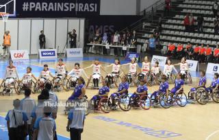 Para pebasket putri  Jepang saat menyanyikan lagu kebangsaannya sebelum laga menghadapi Thailand di ajang Asian Games 2018 ,Minggu (6/10) di Hall Basket Senayan Jakarta.FOTO :INAPGOC/CHAARLY LOPULUA