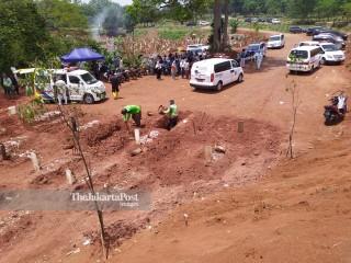 Antrian Pemakaman Korban Covid 19 di Pondok Ranggonn