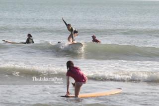 Wisatawan di Pantai Kuta