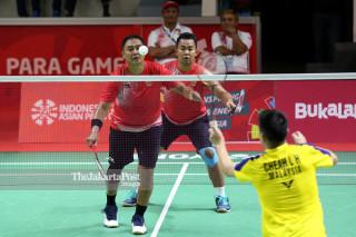 Pebulu tangkis ganda putra Indonesia Hafizh Briliansyah (kanan) dan Hary Susanto (kiri) melawan Tim Pebulu tangkis Malaysia Cheah Liek Hou dan Hairul Fozi Saaba