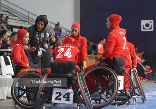 Pelatih basket  Iran Homayoun Pour saat memberikan arahannya kepada para pemain Iran  pada laga Basket Putri Asian Para Games 2018 saat menghadapi China yang berlangsung di Hall Basket Senayan Jakarta,Sabtu (6/10-2018) . Foto : INAPGOC/CHAARLY LOPULUA