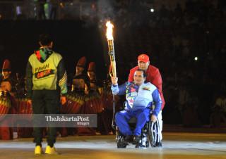 -Ketua Nasional Paralimpic Committe menyerahkan api Asian Para Games kepada Menpora