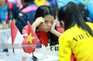 Atlit catur Indonesia Aisah Wijayanti mengamati  bidak catur  ketika bertemu atlit Vietnam Thi My Linh, di babak penyisihan catur cepat  ke lima di ajang Asian Para Games 2018, di Jakarta, Jumat (12/10/2018). INAPGOC/Setiyo Sc