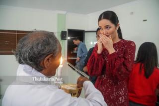 Putri Indonesia 2018 Sonia Fergina mengikuti misa Malam Natal