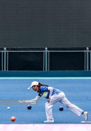 Seorang atlet berlatih di Venue Lawn Bowls untuk asian para games di Jakarta.