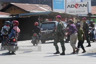 Personel TNI Marinir menyeberangkan warga di kota Palu Sulawesi Tengah