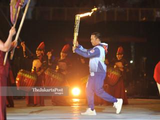 -Menpora Imam Nahrawi membawa api Asian Para Games