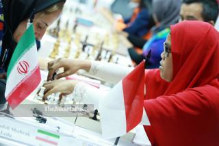 Atlit catur Indonesia Debi Ariesta mengangkat  bidak catur saat bertanding di babak penyisihan catur cepat  ke lima di ajang Asian Para Games 2018, di Jakarta, Jumat (12/10/2018). INAPGOC/Setiyo Sc