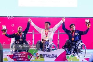- upacara penyerahan medali Angkat Besi Putra 49 kg