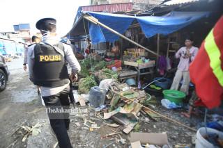 Aparat kepolisian berjaga di Pasar Tradisional Masomba Lolu, Palu Selatan Sulawesi Tengah