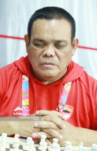 Atlit catur Indonesia Edy Suryanto berdoa sebelum bertanding di ajang Asian Para Games 2018, di Jakarta, Jumat (12/10/2018). INAPGOC/Setiyo Sc