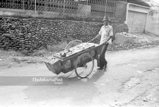 FILE : Pedagang Minyak Tanah (1984)