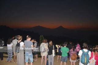 Wisatawan di Bukit Setumbu