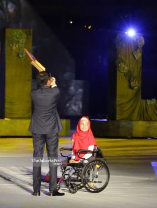 -Presiden Joko Widodo melakukan prosesi pembukaan Asian Para Games 2018