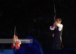 -Presiden Joko Widodo bersama Bulan Karunia Rudianti melakukan prosesi pembukaan Asian Para Games 2018