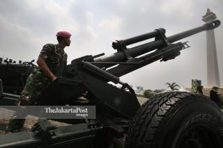 Seorang prajurit TNI Marinir mempersiapkan Howitzer 105 MM saat dipamerkan bersama alat utama sistem persenjataan (Autsista) TNI lainnya di Monumen Nasional (Monas), Jakarta Pusat