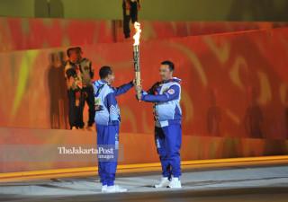 Sekertaris Umum Nasional Paralimpic Committe Pribadi SH menerima api Asian Para Games 2018 dari Kemenpora Imam Nahrawi