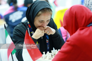 Atlit catur Iran Leila Zarazadeh mengamati bidak catur  saat bertanding di babak penyisihan catur cepat  ke lima di ajang Asian Para Games 2018, di Jakarta, Jumat (12/10/2018). INAPGOC/Setiyo Sc