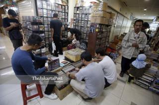 File: Kios Penjual Piringan Hitam dan Records di Kawasan Blok M