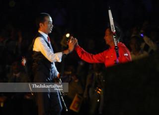 -Presiden Joko Widodo bersama Abdul Hamid melakukan prosesi memanah pada upacara pembukaan Asian Para Games 2018