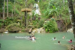 Wisatawan di Air Terjun Kembang Soka