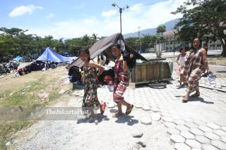 warga usai mandi di tenda pengungsian di lapangan depan Masjid Agung Darussalam Palu Sulawesi Tengah